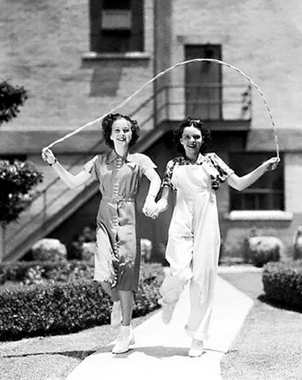 Deanna-Durbin-and-Judy-Garland-1936